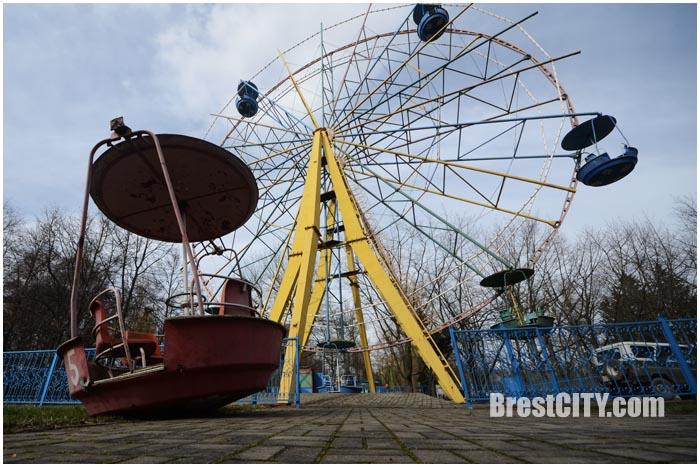 В городском парке Бреста демонтируют колесо обозрения