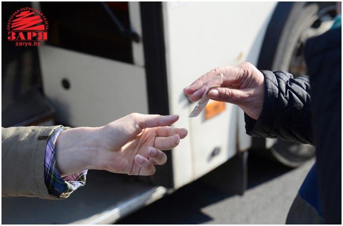 Брестские контролеры во время проверки билетов. Фото Александра Шульгача
