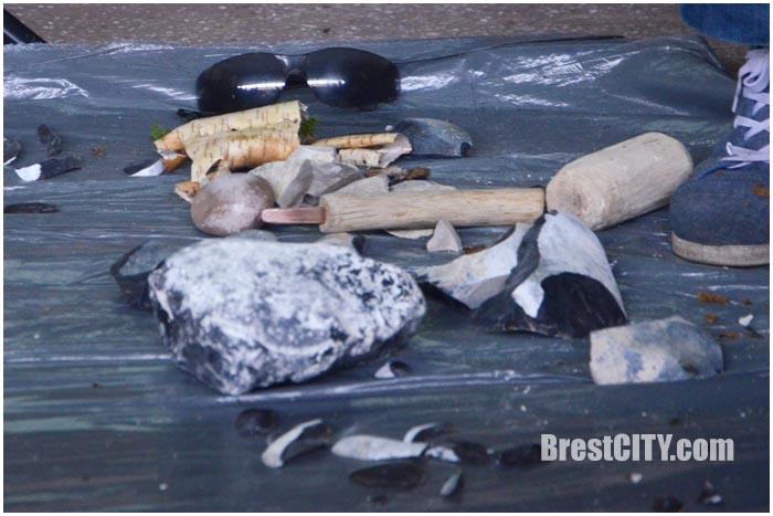 Орудия труда из кремния. Средневековая среда. Фото BrestCITY.com