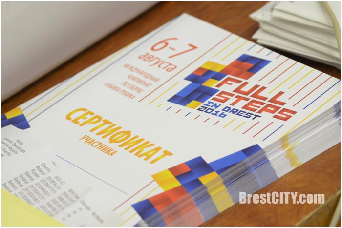 Соревнования по сборке кубика Рубика ногами в Бресте. Фото BrestCITY.com