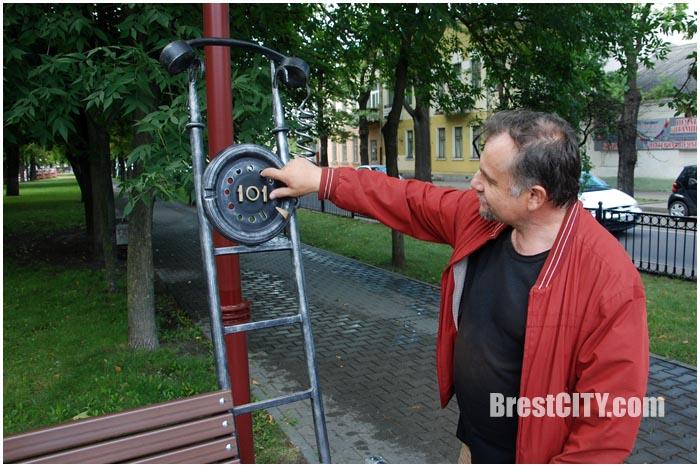 Лавочка пожарного на площади свободы. Фото BrestCITY.com