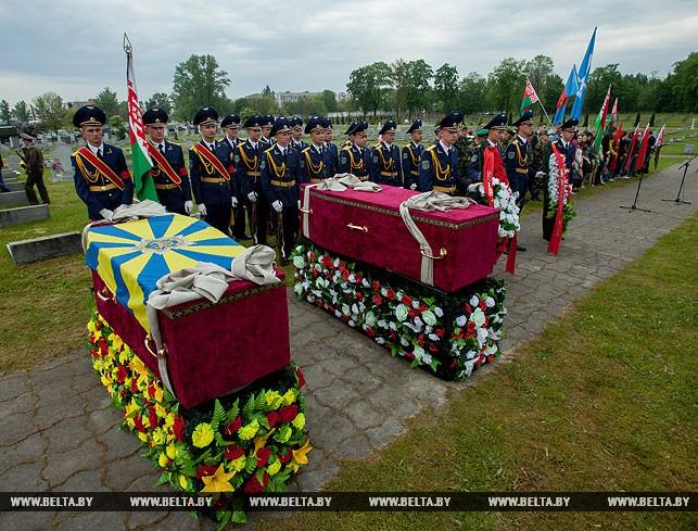 Перезахоронение летчиков на гарнизонном кладбище Бреста