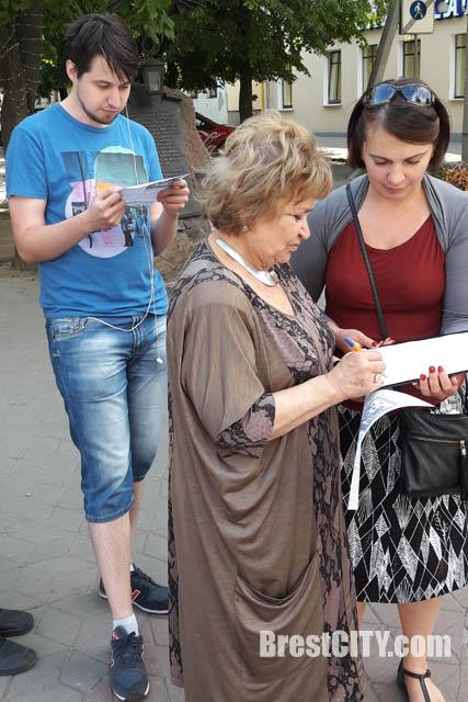 Социал-демократы собирали подписи за запрет рекламы табака