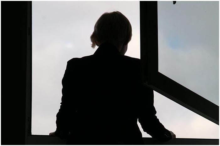 Женщина в окне. Тень
