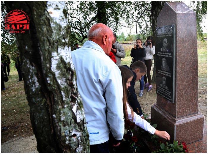 Памятник летчикам в Бресте Пе-2