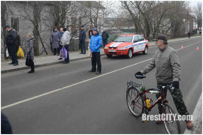 Такси пегас вылетело с моста на Героев обороны Брестской крепости. Фото BrestCITY.com