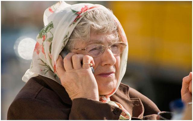 Пенсионерка с мобильным телефоном