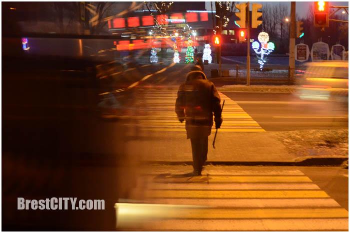 Пешеход переходит дорогу на красный сигнал светофора. Фото BrestCITY.com