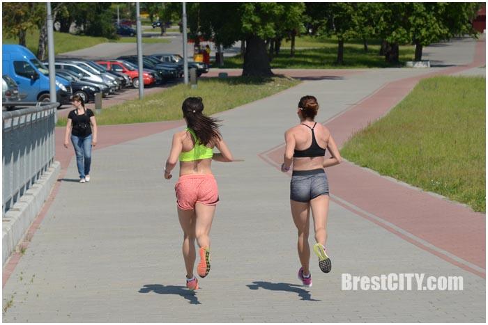 Летняя пробежка в городе. Девушки