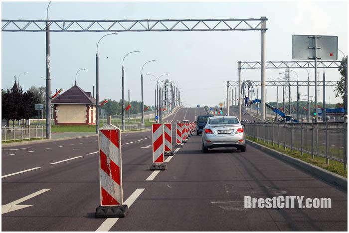 Металлические рамки возле Берестейского моста. Фото BrestCITY.com