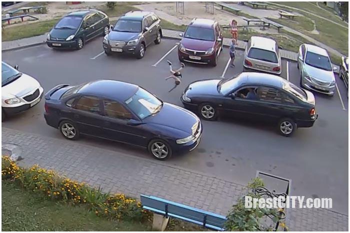Авария на улице Суворова в Бресте. Ребенка сбил автомобиль во дворе