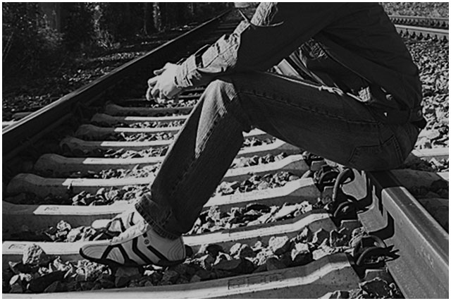 Сел на рельсы под поезд