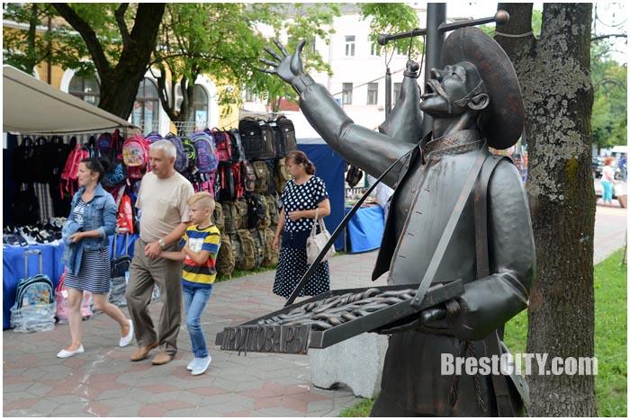 Школьные базары на улице Гоголя в Бресте 2016. Фото BrestCITY.com