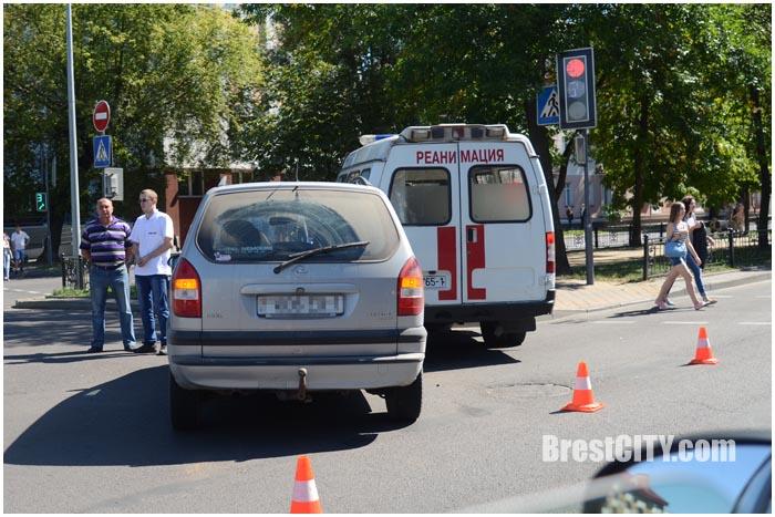 Авария на перекрестке бульвар-Гоголя в Бресте. Скорая. Фото BrestCITY.com