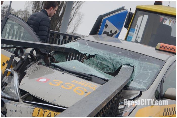 Таксист врезался в перила на мосту на ул.Ленина в Бресте. Фото BrestCITY.com