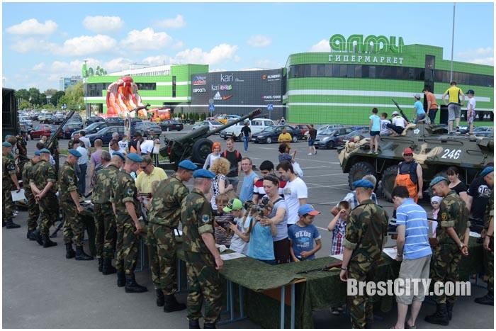 Выставка военной техники возле АЛМИ. Фото BrestCITY.com