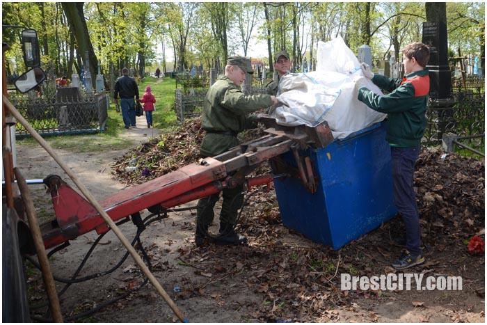 Субботник на Тришинском кладбище. Фото BresCITY.com