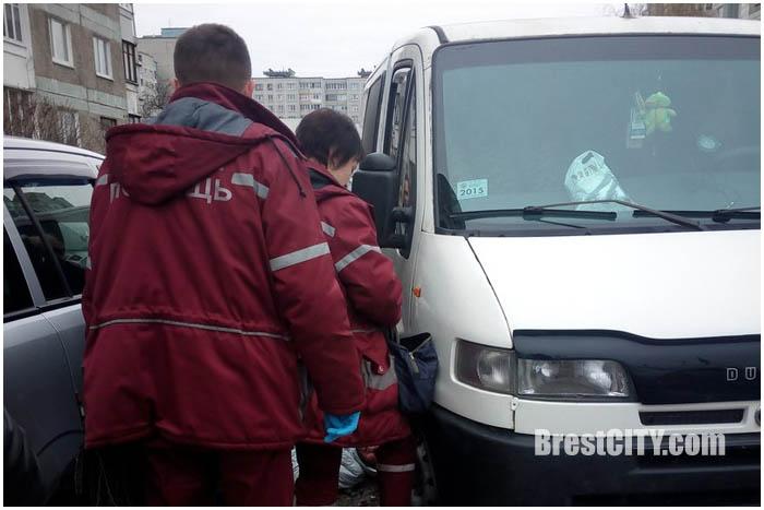 Упала под автомобиль на Луцкой в Бресте. Женщина. 14 марта 2016
