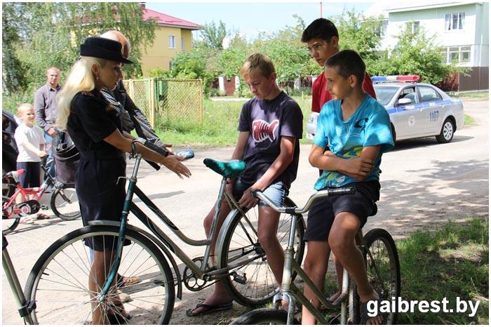 Как дети ездят на велосипедах в сельской местности. Проверка ГАИ