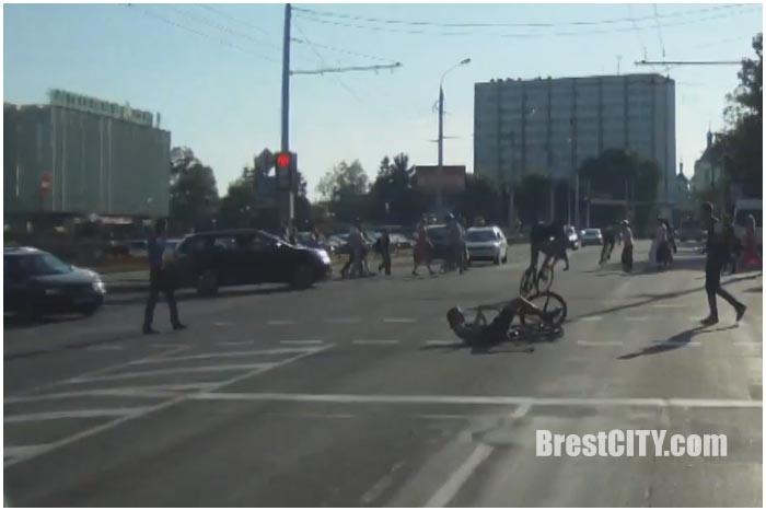 Велосипедисты столкнулись на проезжей части у ЦУМа в Бресте 20 августа