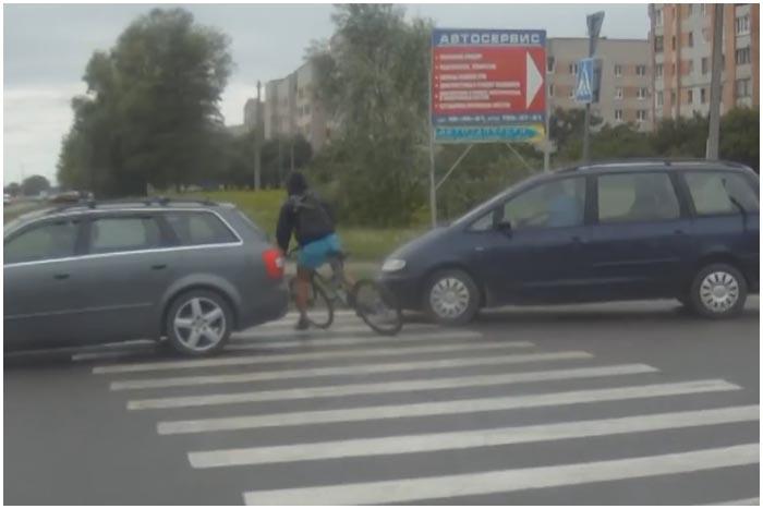 Велосипедист едва не попал в аварии, не спешившись на пешеходном переходе