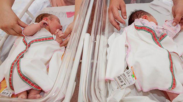 Новорожденным брестчанам подарили вышиванки