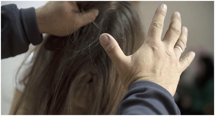 Хватать девушку за волосы