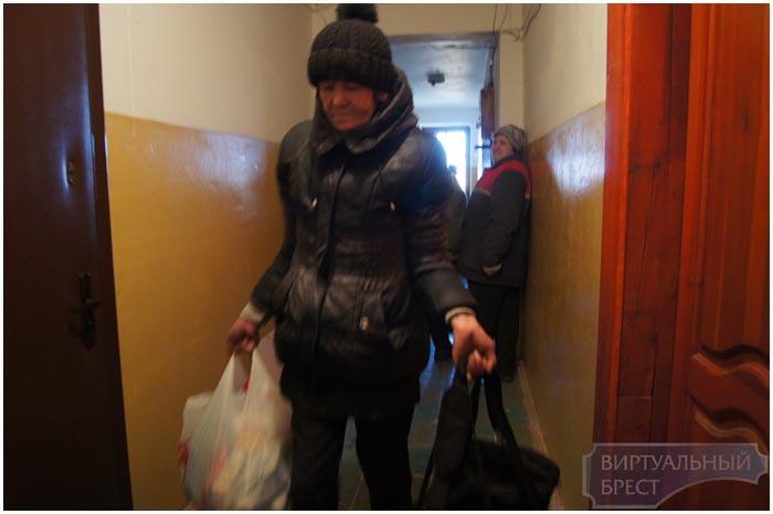 Ночует выселенная женщина у своей двери