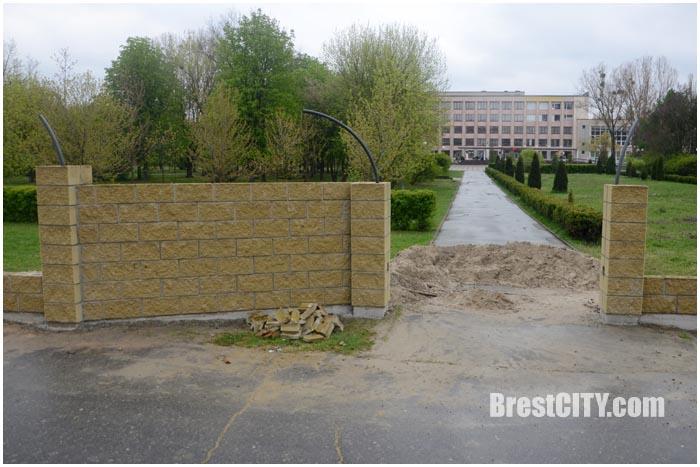 Забор возле Брестского технического университета