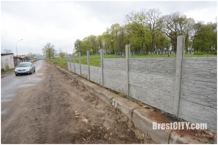 Новый забор с южной стороны Тришинского кладбища