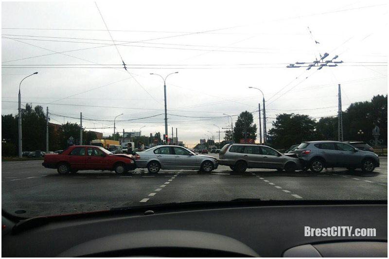 Фотофакт: ДТП из 4 авто на перекрестке Московская-Пионерская
