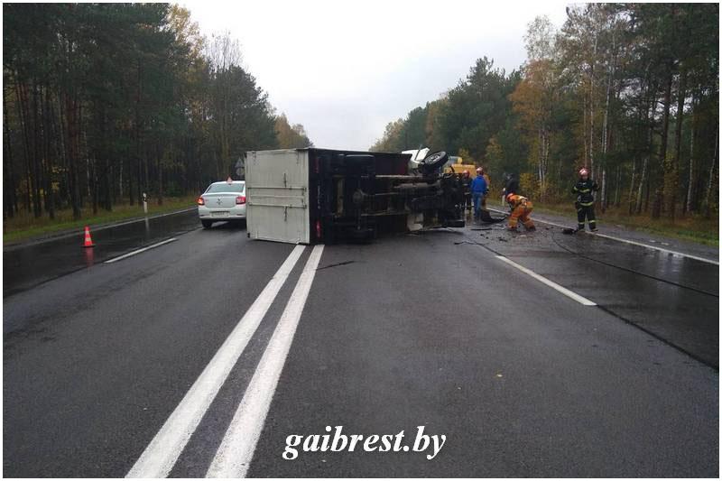 Опрокинулся грузовик возле Бреста
