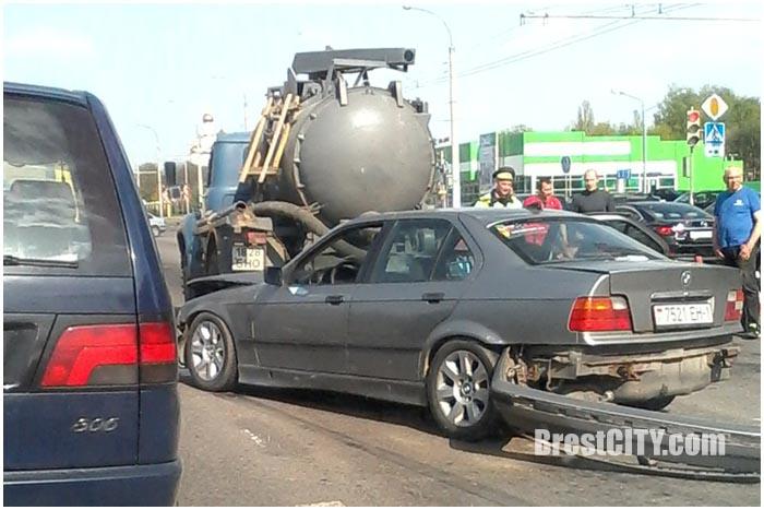 БМВ врезался в машину ассенизаторов