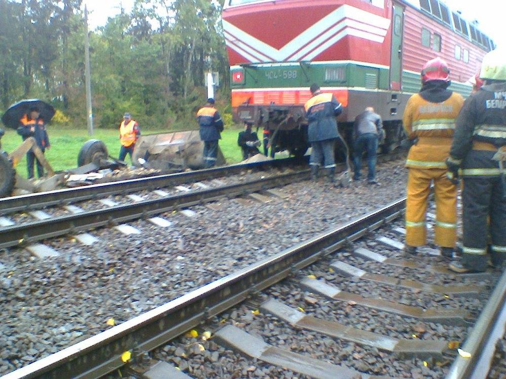 Под Барановичами два поезда протаранили фургон сосвеклой