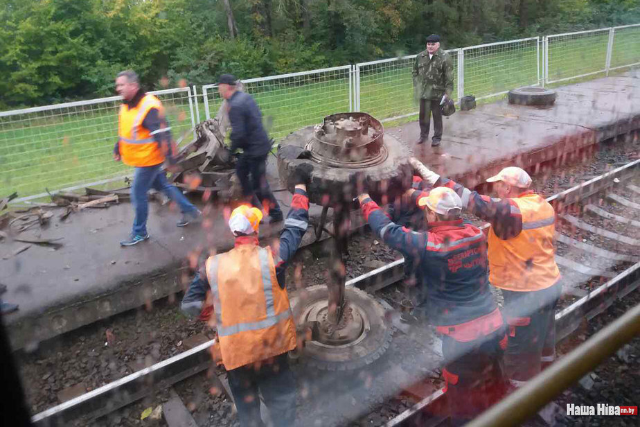 Машина со свеклой попала под поезд