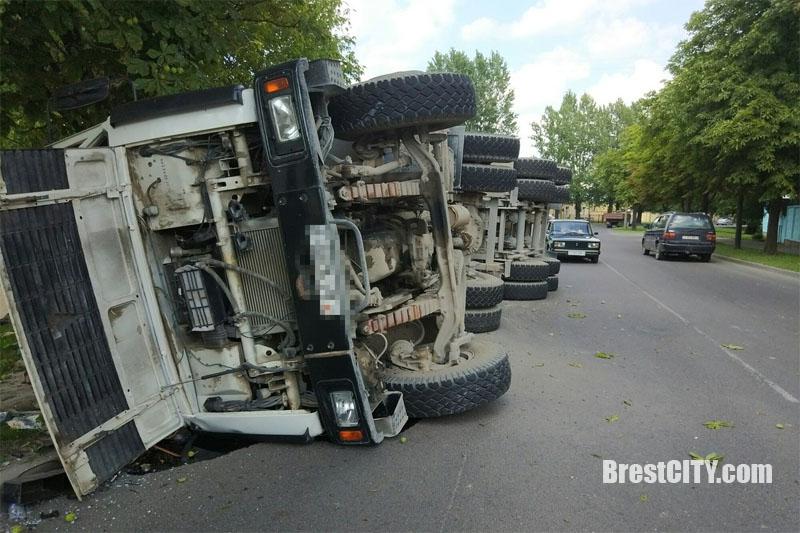 Опрокинулся грузовик с мусором