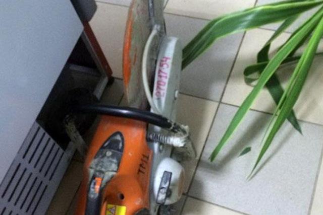 Болгаркой пытались вскрыть банкомат
