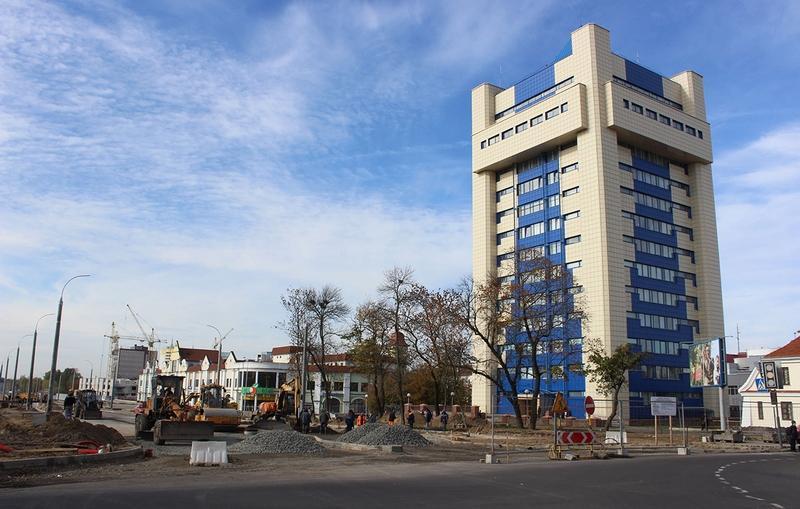 «Объект 802» осенью 2016 года. Ведутся новые работы по расширению улицы и укладке асфальта. Двухэтажное здание с зеленой вывеской – торговый центр. Он стоит на месте, где наблюдалось наибольшее радиоактивное загрязнение