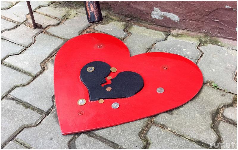 """Возле """"героя-любовника"""" в Бресте поставили шляпу-цилиндр для гадания на любовь"""