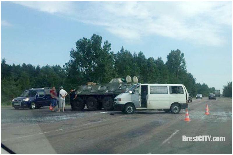 БТР врезался в микроавтобус из Беларуси