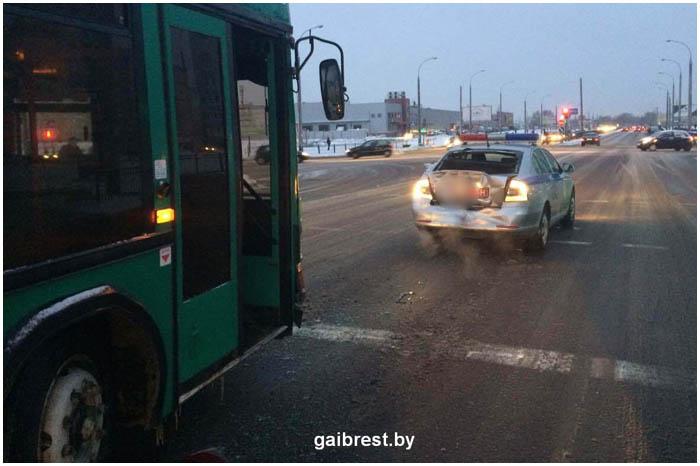 Автобус врезался в автомобиль ГАИ в Бресте