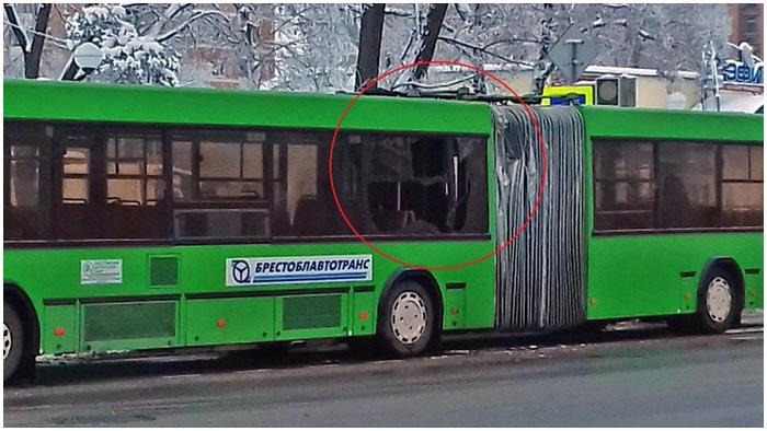 Лесовоз зацепил бревнами автобус в Пинске