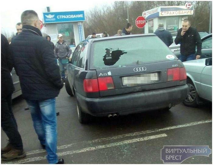 На границе в АУДИ разбили заднее стекло