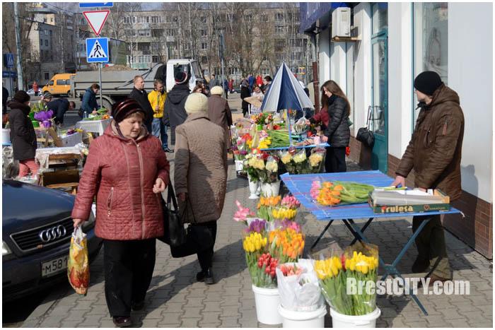 Цветы накануне 8 марта в Бресте. Фото BrestCITY.com