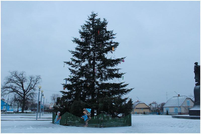 В Давид-Городке елку украсили детскими тапками и ведерками