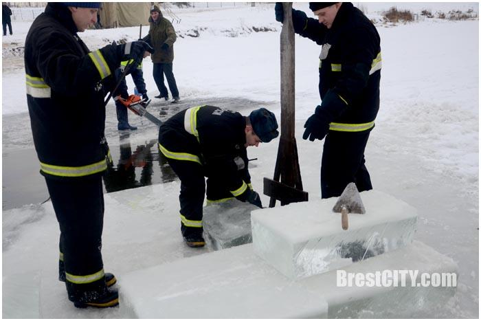 Брест накануне Крещения. Как делают ледяной крест на Гребном
