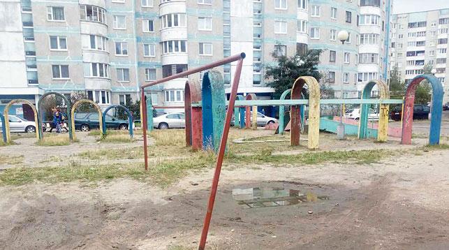 В Бресте с детских площадок убрали небезопасные качели и горки