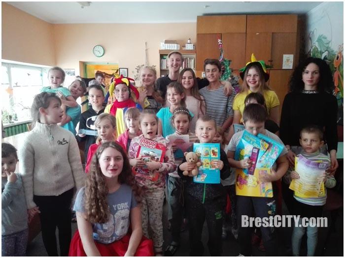 Волонтеры поздравили детей в брестской областной больнице
