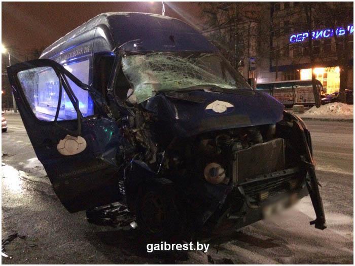 Авария. Микроавтобус врезался в троллейбус