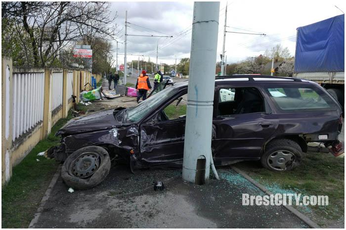 Автомобиль врезался в столб возле Кобринского моста в Бресте 13 апреля 2017. Фото BrestCITY.com